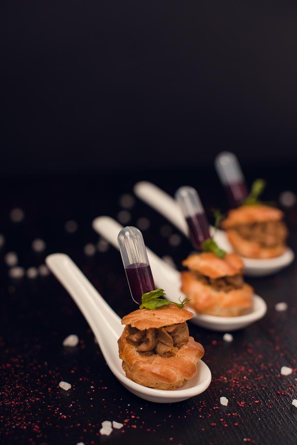 Профитроли с нежным паштетом из куриной печени и ягодным соусом