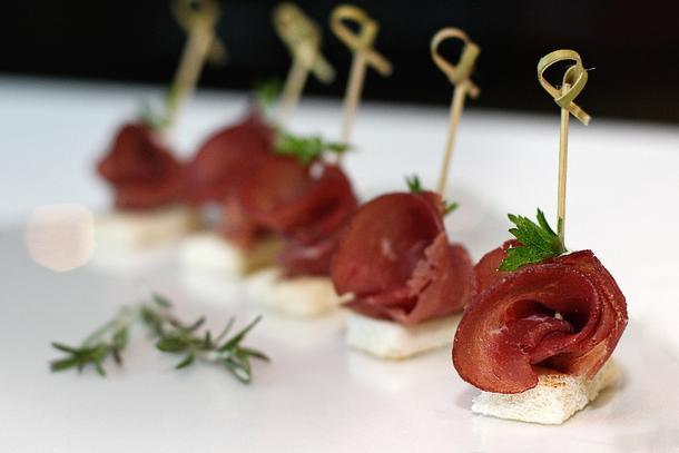 Канапе с бастурмой и вялеными томатами на бородинском хлебе