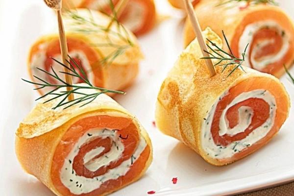 Блинный рулетик с лососем и сливочным сыром