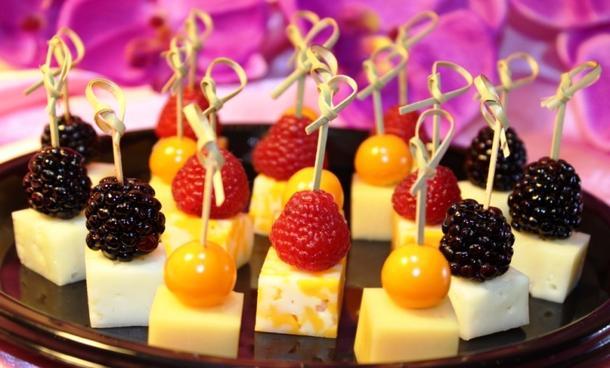 Канапе с сыром Пармезан и ягодами микс