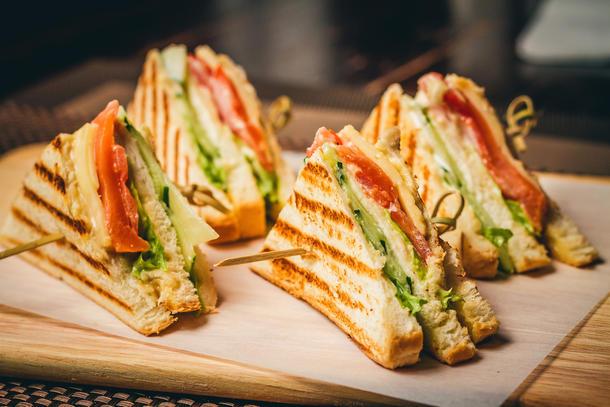 Мини-сендвич с ветчиной и сыром, хрустящим листом салата и свежим огурчиком