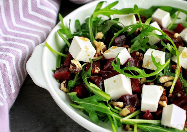Салат с микс листа салата, сыром Фета и печеной свеклой