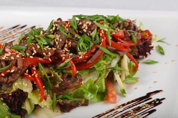 Салат с обжаренной телятиной и овощами с Азиатским соусом