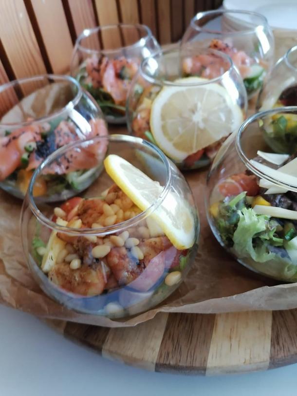 Мини-салат с муссом из авокадо и тигровыми креветками