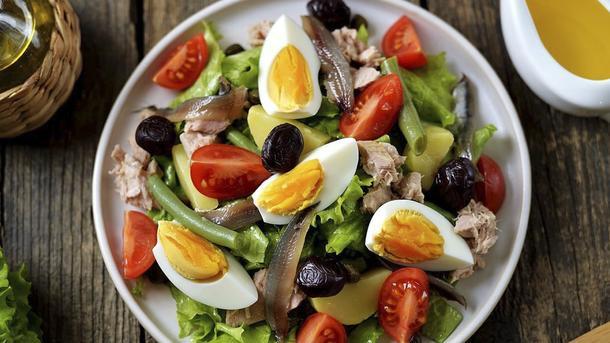Классический салат Нисуаз с консервированным тунцом, перепелиным яйцом и спаржей