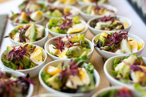 Мини-салат Нисуаз с консервированным тунцом, перепелиным яйцом и спаржей