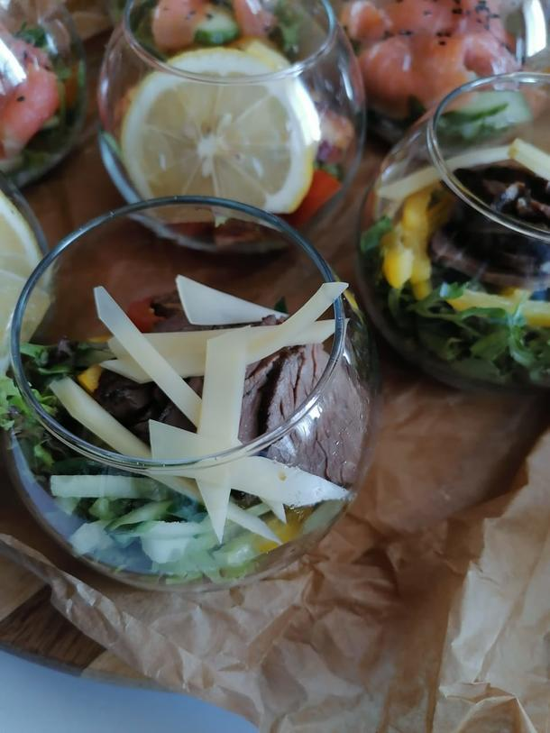 Мини-салат с вырезкой телятины, с микс листа салата и свежими овощами в пряной заправке
